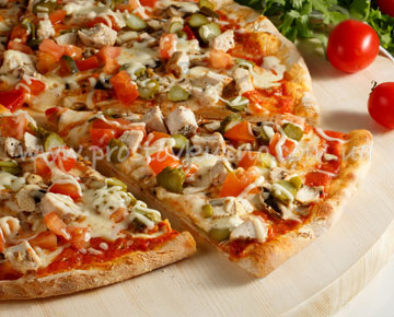 Пицца с курицей и грибами.